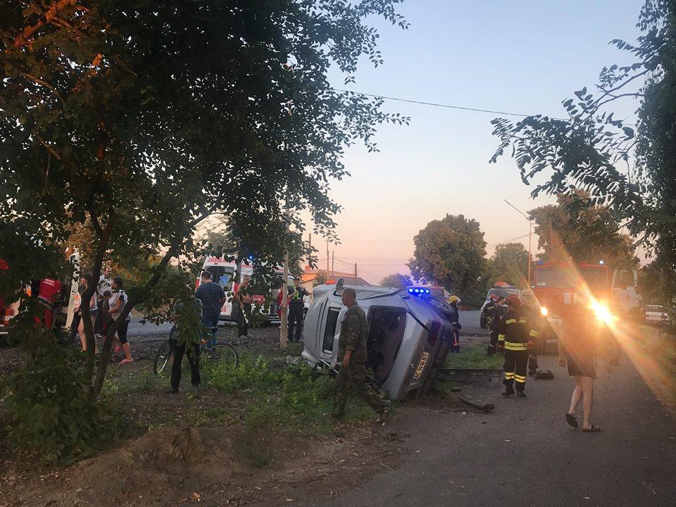 Поблизу Луцька сталася ДТП: одне авто злетіло з тротуару, інше – перекинулося.ФОТО