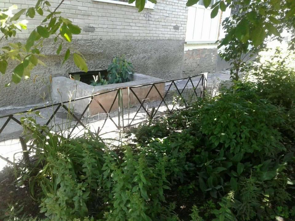 Луцькі муніципали продовжують зносити незаконні паркани. ФОТО