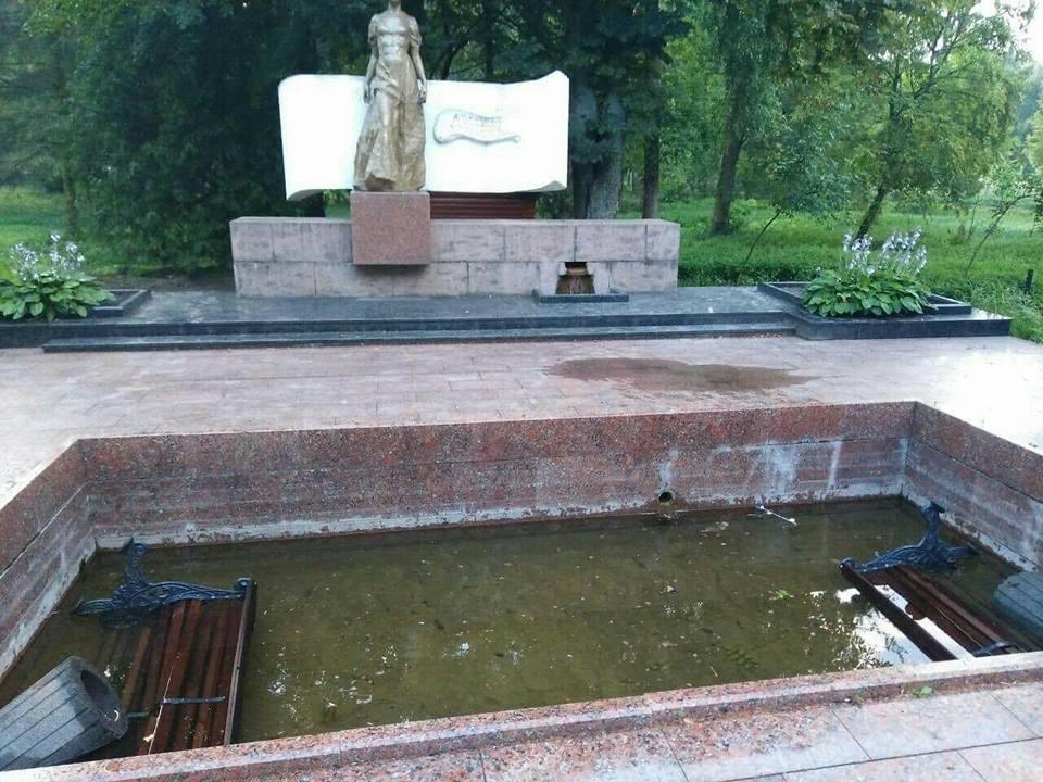 У Центральному парку Луцька вандали поперевертали лавки та повиривали квіти. ФОТО