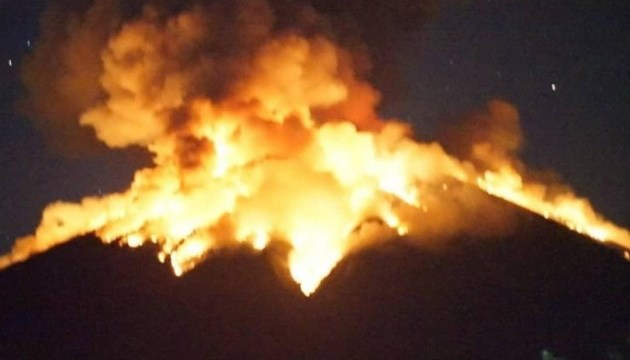 На Балі вулкан викинув стовп попелу висотою у два кілометри