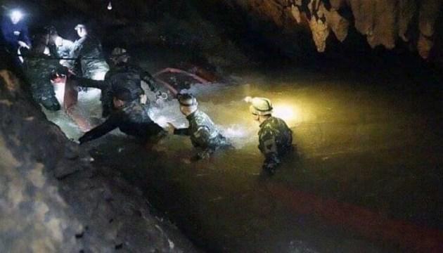 У Таїланді викачають воду з печери, щоб витягти застряглих підлітків