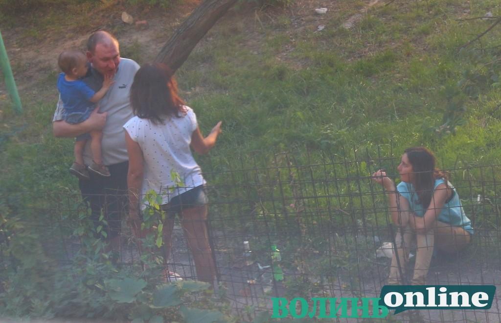 У Луцьку у дворі влаштували пиятику з лайкою у присутності дитини. ВІДЕО