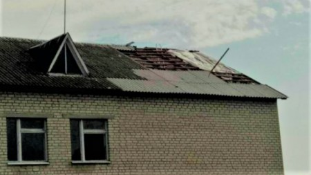 У селі на Волині шквальний вітер зірвав частину даху зі школи