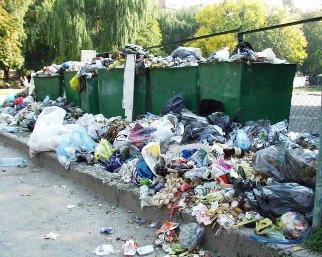 Лучани продовжують скаржитись на відсутність світла і на сміття