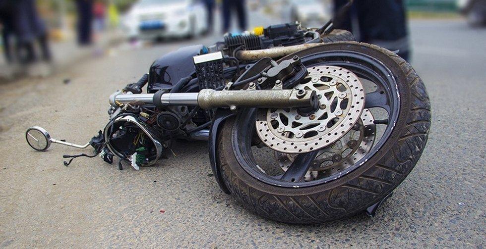 На Волині мотоцикліст в'їхав в електроопору