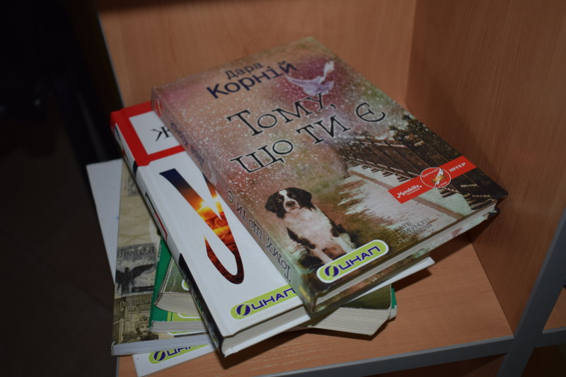 У ЦНАПі міста Луцька з'явилася поличка для обміну книгами