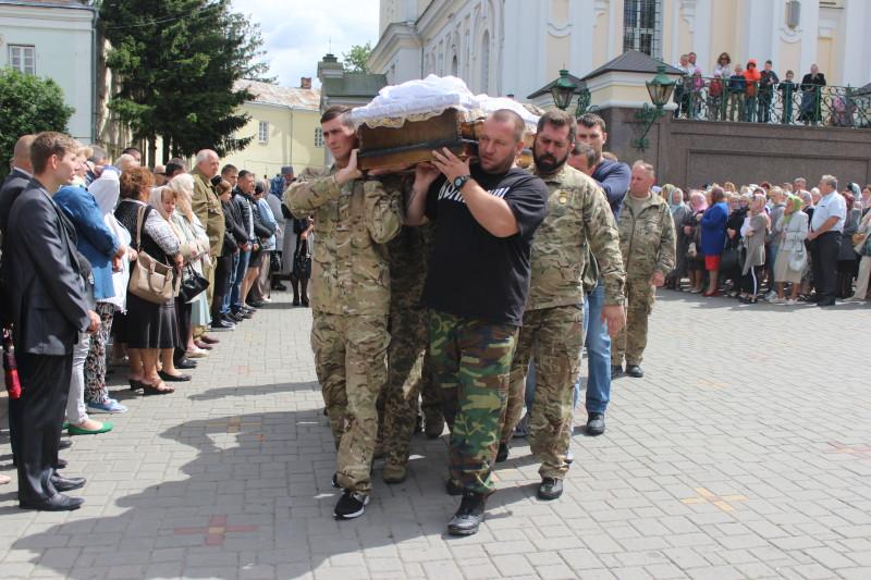 У Луцьку попрощалися із загиблим на Сході бійцем Андрієм Волосом