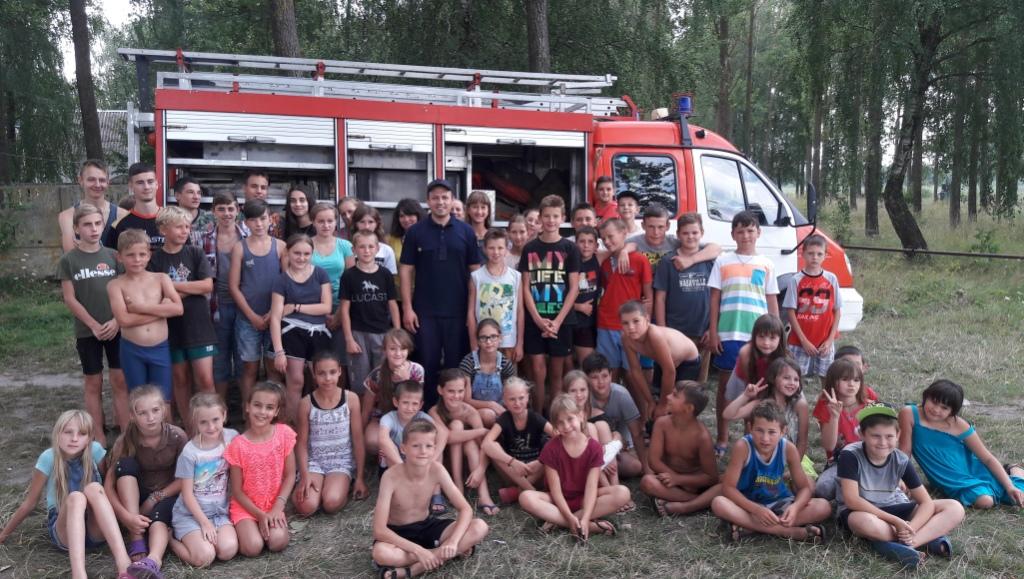 Волинські рятувальники вчили дітей користуватися вогнегасником. ФОТО