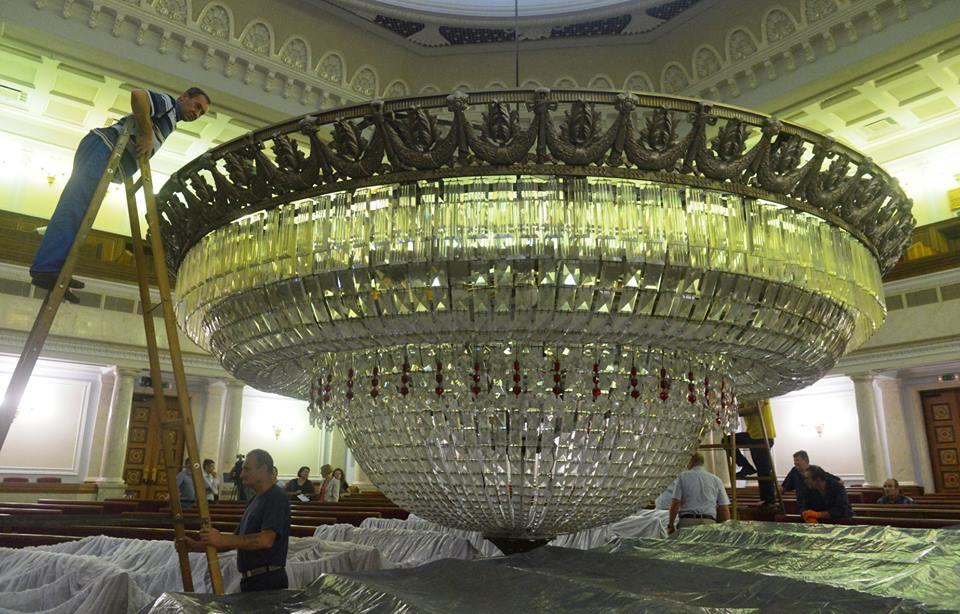 У Раді ремонтують люстру вагою майже три тонни. ФОТО