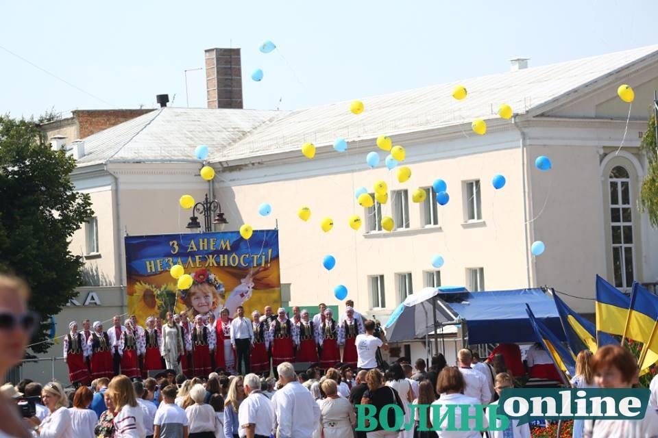 «Україні бути!» доводили у Луцьку учасники святкової мистецької програми. ФОТО
