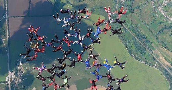В Україні жінки з 19 держав встановили світовий рекорд у парашутному спорті