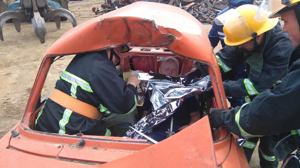 Волинські рятувальники тренувались вилучати людей із пошкоджених авто. ФОТО