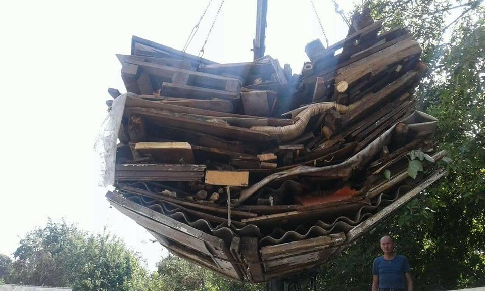 У Луцьку муніципали демонтують страшні сараї. ФОТО