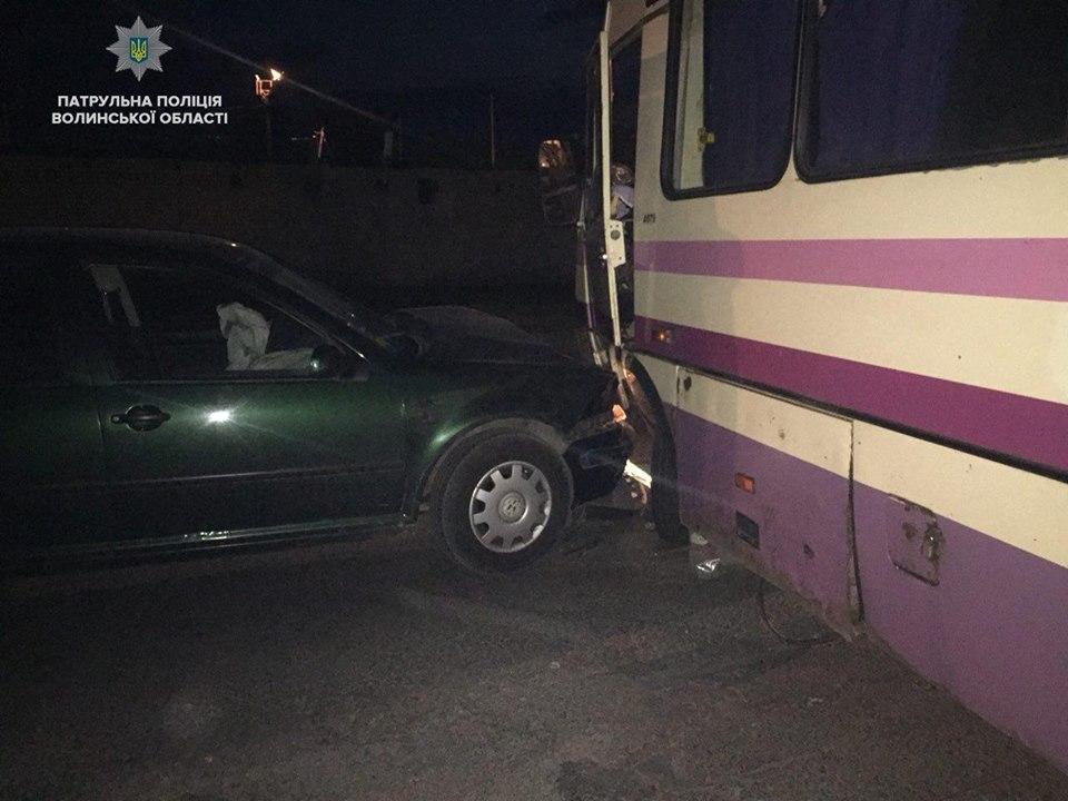 У Луцьку п'яний іноземець на авто врізався у маршрутку. ФОТО