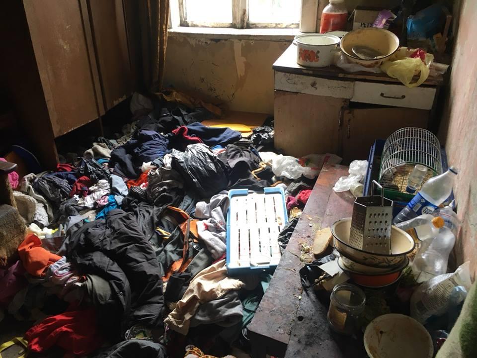 Рій мух у їжі, розкиданий одяг та обшарпані стіни – показали як луцька сім'я виховує чотирьох дітей