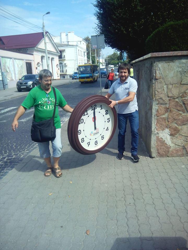 На фасаді Луцькради встановили годинник із луцьким декоративним шрифтом. ФОТО