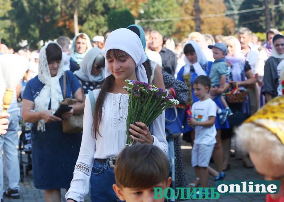 Тисячі лучан освячують кошики на Яблучний Спас. ФОТОРЕПОРТАЖ