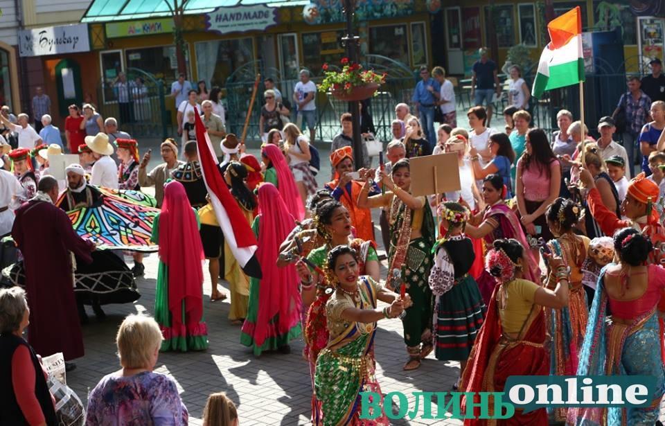 «Поліське літо з фольклором» відкрили святковою ходою та концертом у Луцькому замку
