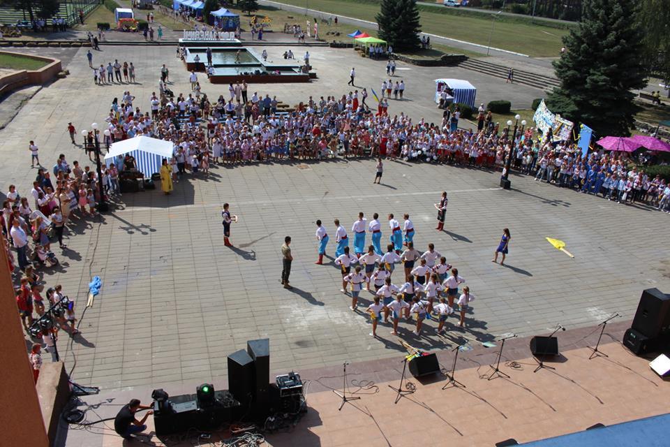 У місті на Волині дві сотні школярів взяли участь у святковому флешмобі. ФОТО