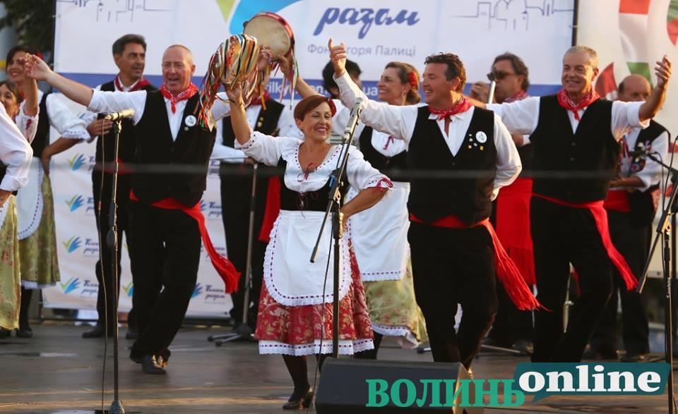У День Незалежності у Луцьку влаштували запальні танці від Єгипту до Італії. ФОТО