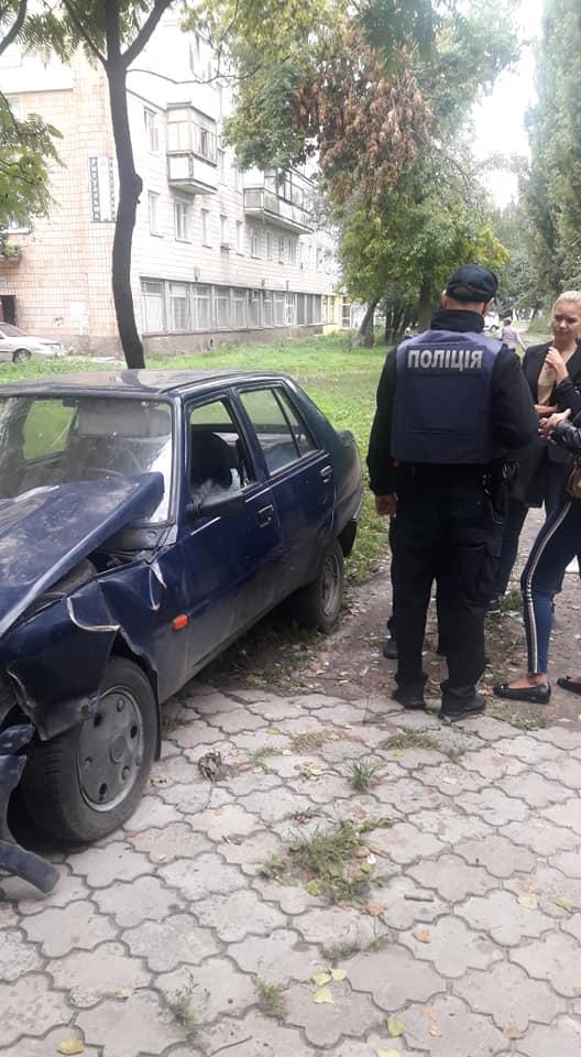 У Луцьку чоловік живе в автомобілі, бо його виписали з квартири