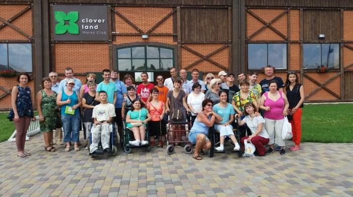 На Волині для людей з особливими потребами провели екскурсію у кінному клубі. ФОТО