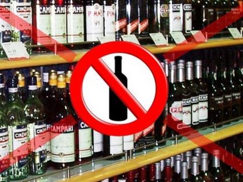 У Луцьку жінки ледь не побилися з муніципалами, аби ті не склали протокол за продаж «нічного» алкоголю. ФОТО