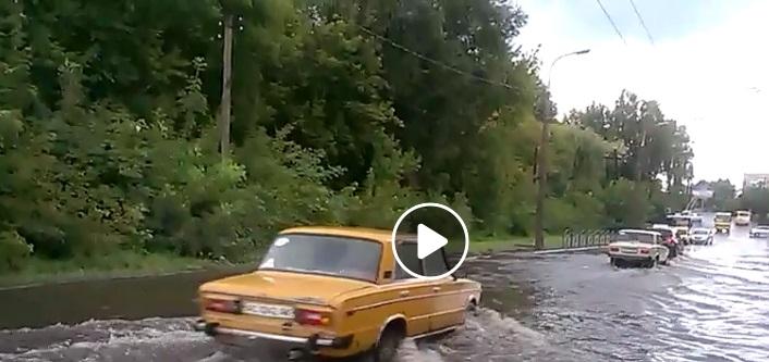 У Луцьку затопило одну із вулиць. ВІДЕО