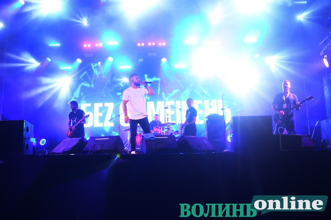 На «Бандерштаті» гурт «БЕZ ОБМЕЖЕНЬ» влаштували справжню дискотеку на полі. ФОТО