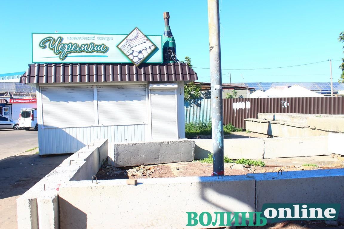 У Луцьку біля автостанції хотіли вночі демонтувати магазин. ФОТО