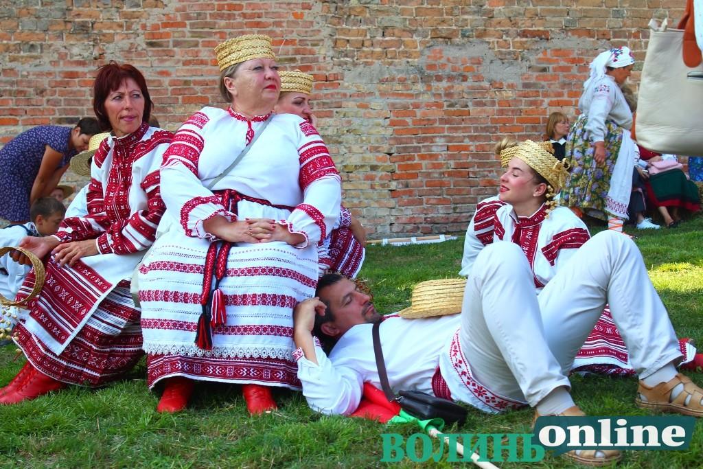 Іноземні колективи, вишиванки та серпи – у Луцькому замку стартував міжнародний фестиваль. ФОТО