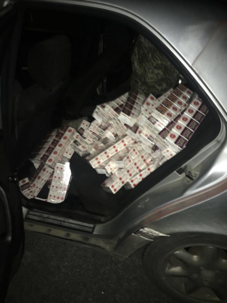 Волинські митники затримали жінку, яка заховала в авто контрабандні сигарети