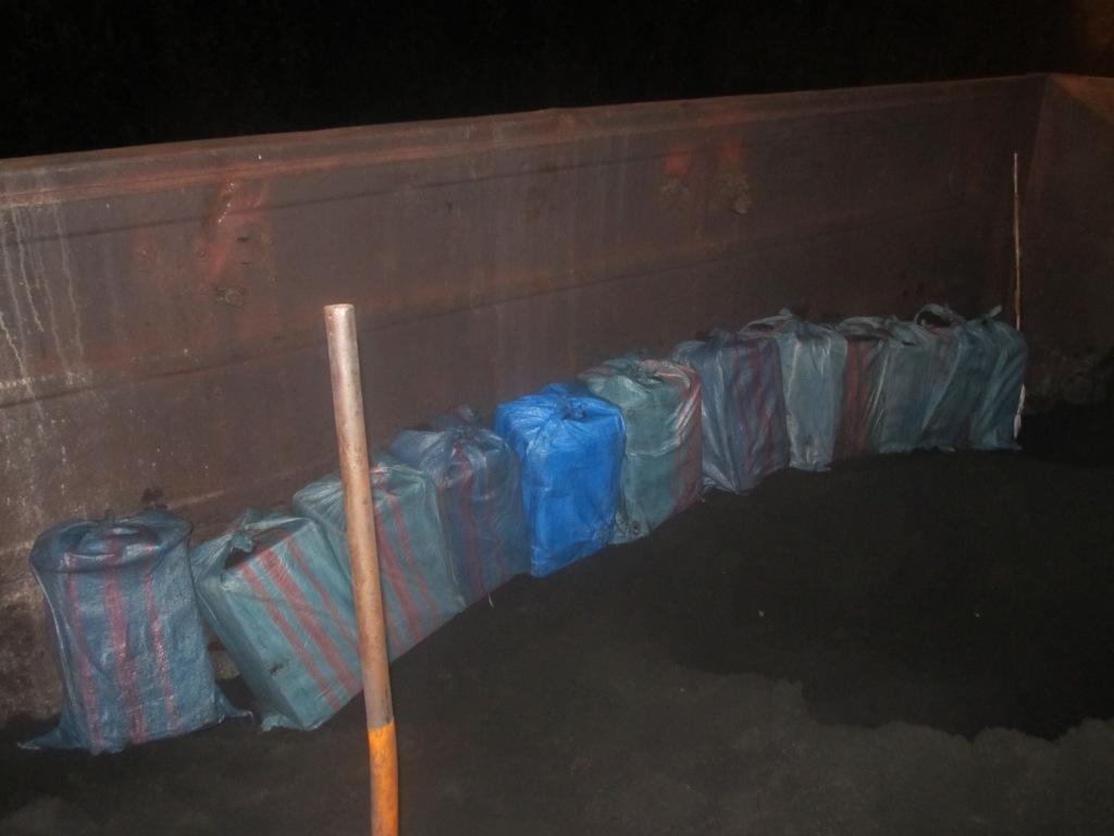 На Волині у вагонах із залізною рудою виявили контрабандні цигарки. ФОТО