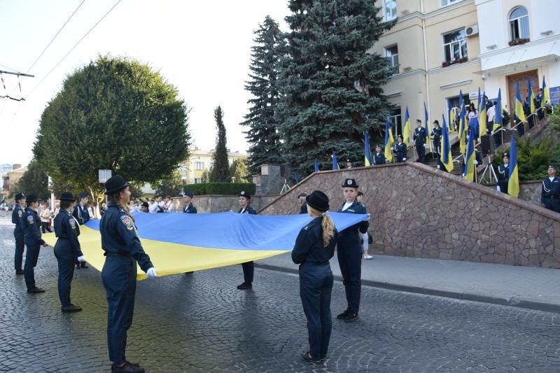 У Луцьку біля Луцькради урочисто підняли прапор України. ФОТО