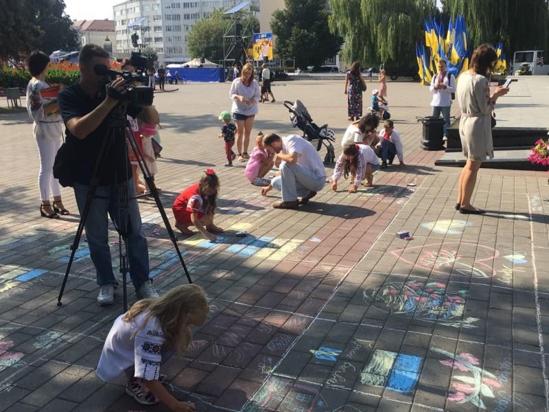 Маленькі лучани малювали на асфальті символи України. ФОТО