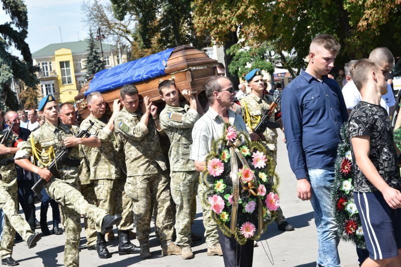 Лучани провели загиблого на Сході Героя в останню путь. ФОТО