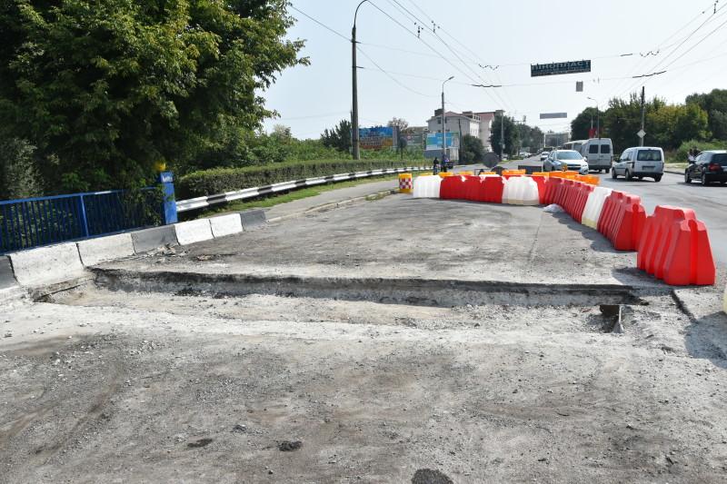 Як ремонтують міст через річку Стир у Луцьку. ФОТО