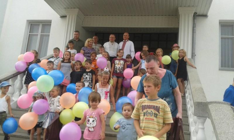 Маленькі лучани отримали шкільне приладдя. ФОТО