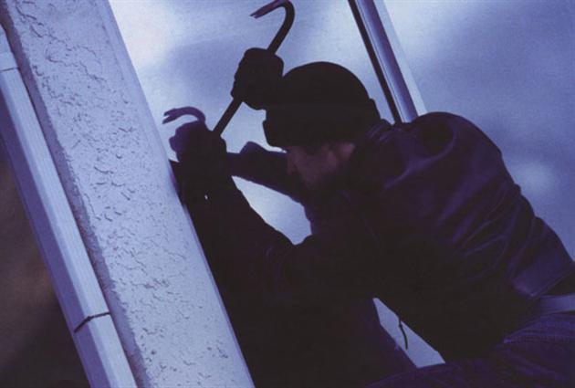 Злодій вночі заліз через вікно до хати волинянки та вкрав гроші