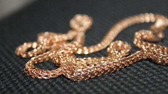 У Луцьку грабіжник зірвав золотий ланцюжок з чоловіка