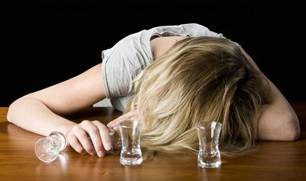 На Волині школярка напилася до алкогольної коми і лежала навпроти бару