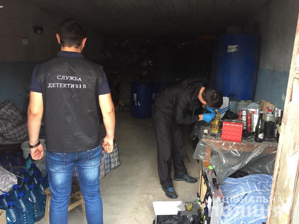 Слідчі детективи оголосили волинянці підозру в незаконному зберіганні та транспортуванні алкогольного фальсифікату