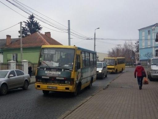 Лучани просять на одну із вулиць маршрутку за три гривні