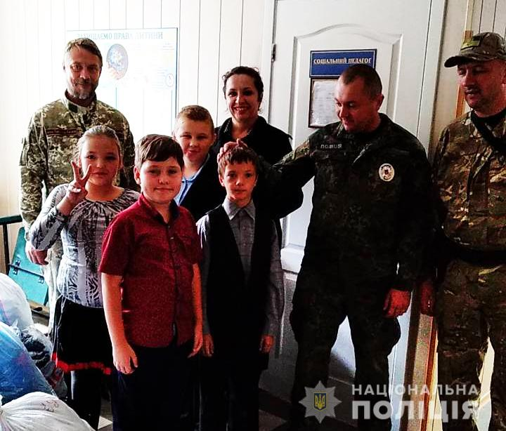 Волинські поліцейські на Луганщині відвідали вихованців місцевої школи-інтернату. ФОТО