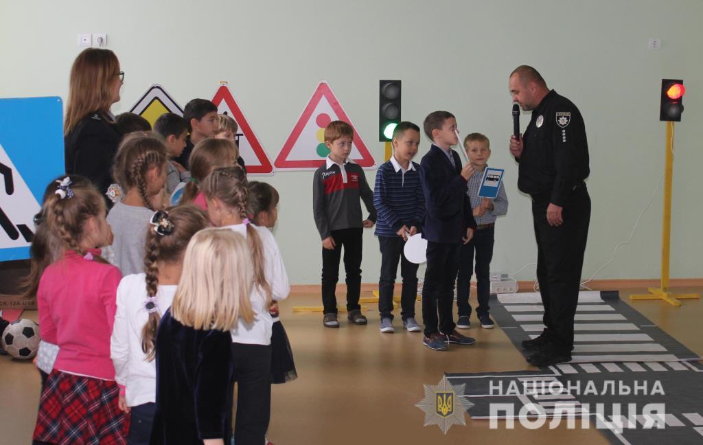 Волинські поліцейські навчають школярів правил безпечного поводження на дорозі