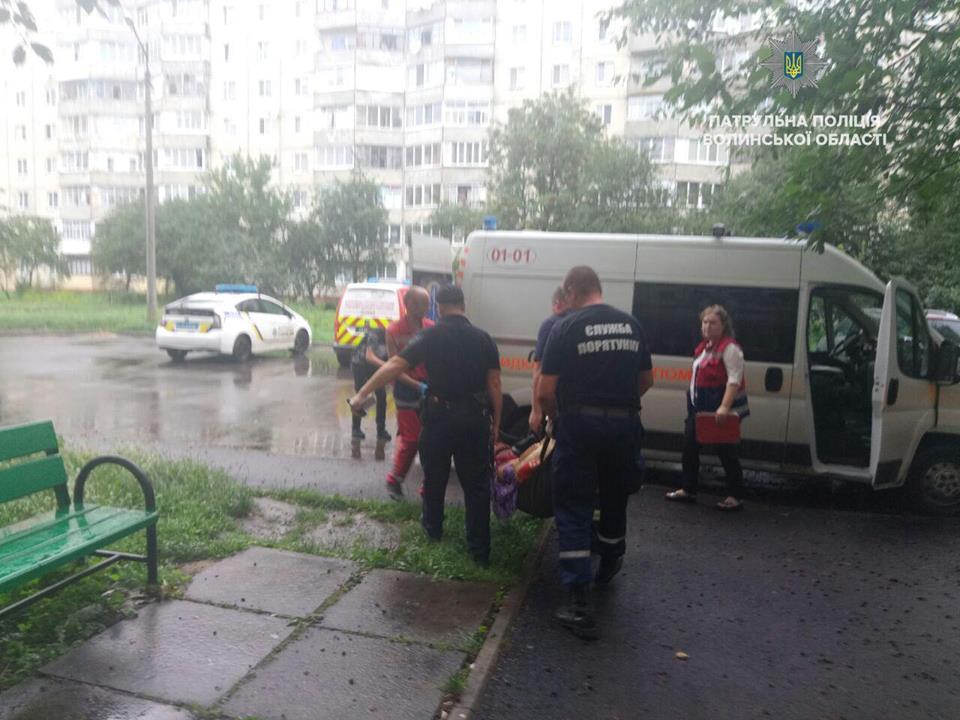 Патрульні допомогли лучанці, яка впала і зламала ногу у власній квартирі. ВІДЕО