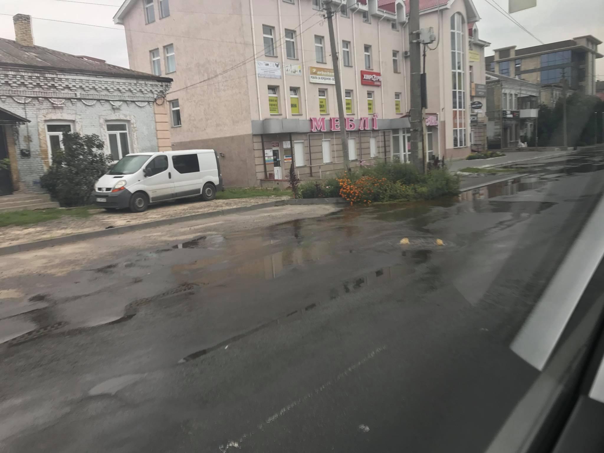 На вулиці Ковельській у Луцьку б'є фонтан
