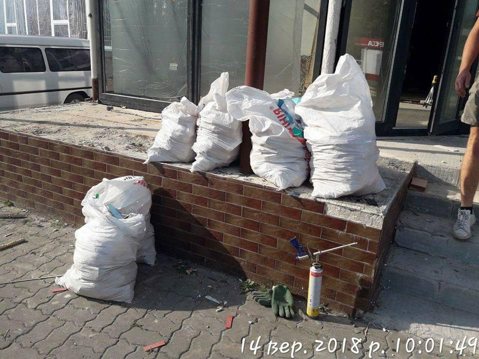У Луцьку муніципали просять вивозити будівельне сміття на Брище, а не складати біля офісів