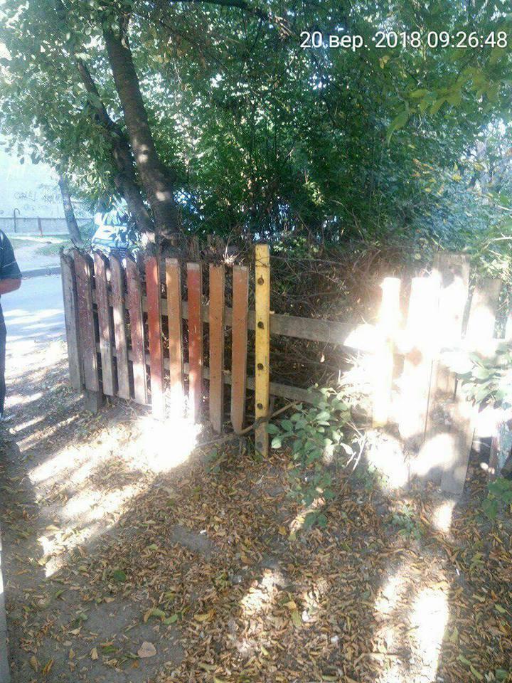 У Луцьку муніципали демонтують паркани та огорожі. ФОТО