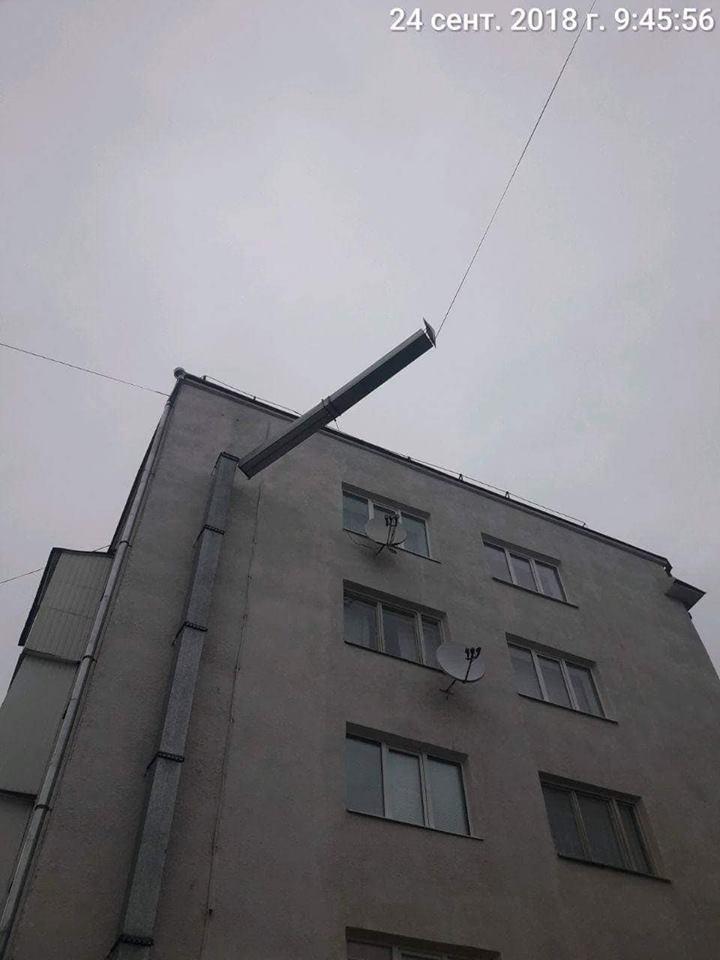 У Луцьку муніципали виявили трубу, яка нависає перехожим над головами